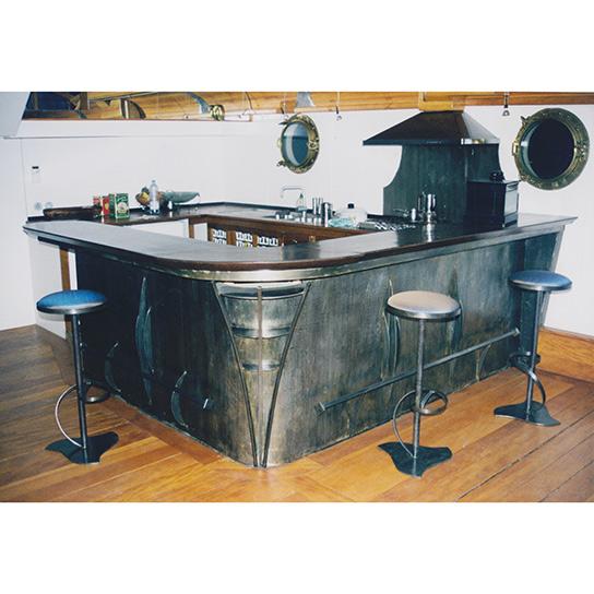 Tabourets de bar Orphea Tourbillon autour d'un comptoir en acier