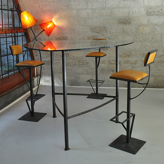 Comptoir acier et verre et 3 sièges de bar