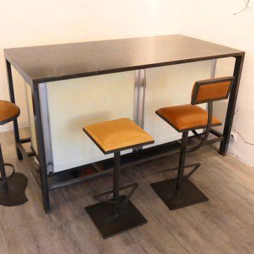 Comptoir de bar et sièges de bar